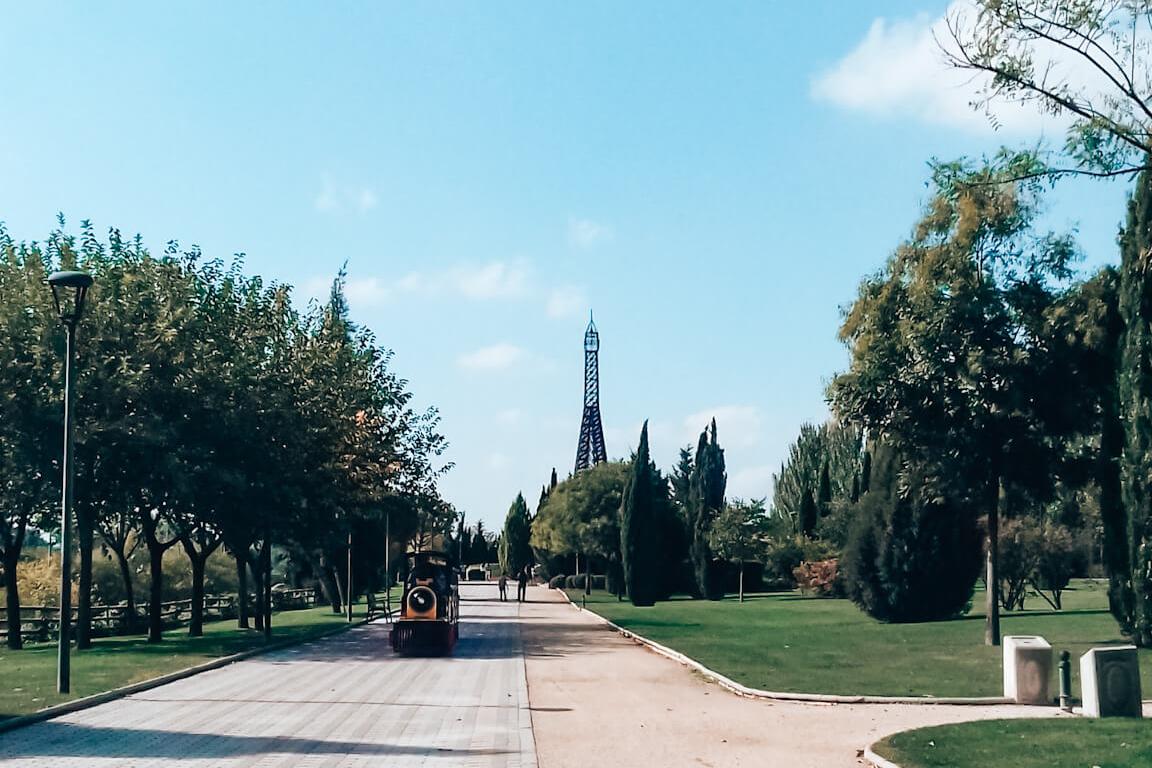 Réplica da Torre Eiffel no Parque Europa © lavidaesmara