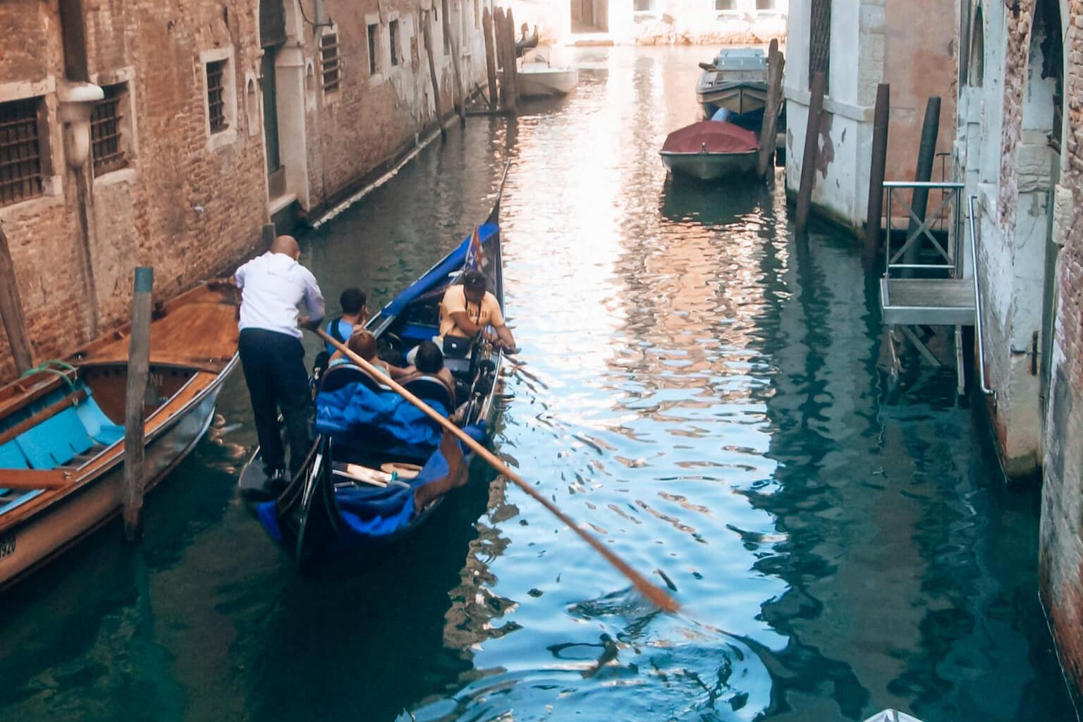 Passeio de gôndola em Veneza © lavidaesmara