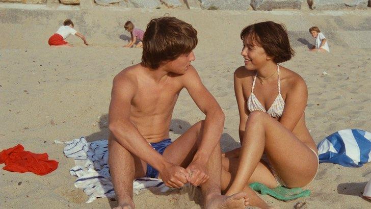 "Simon de La Brosse e Amanda Langlet em ""Paulina na Praia"" (1983) © Les Films du Losange"