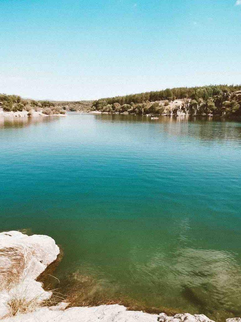 O Embalse da Reserva Natural de Riosequillo em Buitrago del Lozoya é ideal para banhos em agosto © lavidaesmara