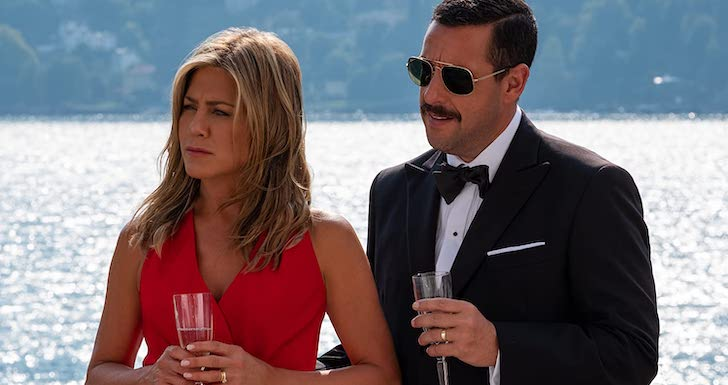 """Jennifer Aniston e Adam Sandler em """"Mistério a Bordo"""" (2019) © Netflix"""