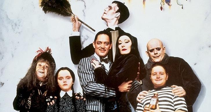 "Christina Ricci, Raul Julia, Christopher Lloyd, Anjelica Huston, Judith Malina, Carel Struycken, e Jimmy Workman em ""A Família Addams"" (1991) © Orion Pictures"