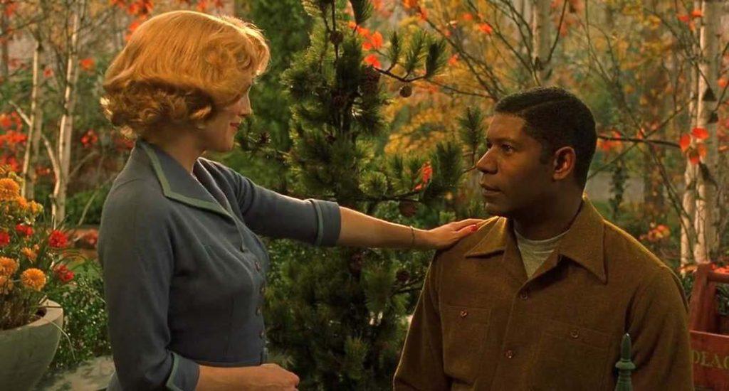 """Julianne Moore e Dennis Haysbert em """"Longe do Paraíso"""" (2002) © Focus Features"""