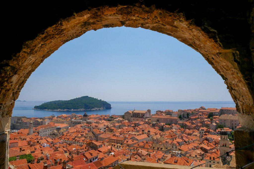 Passeio pelas muralhas de Dubrovnik © Pixabay