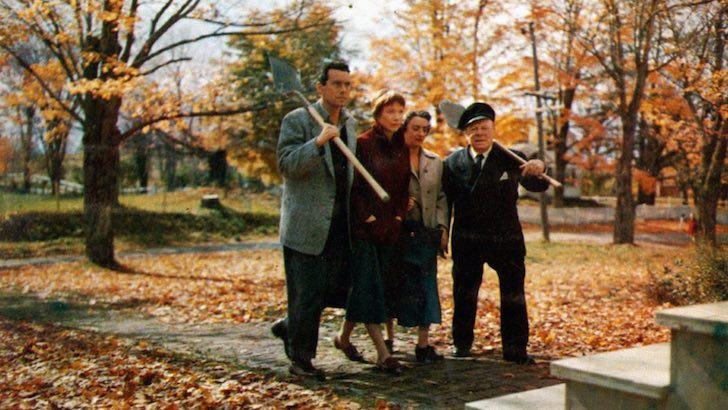 """John Forsythe, a estreante Shirley MacLaine, Mildred Natwick e Edmund Gwenn em """"O Terceiro Tiro"""" (1955) © Alfred J. Hitchcock Productions"""