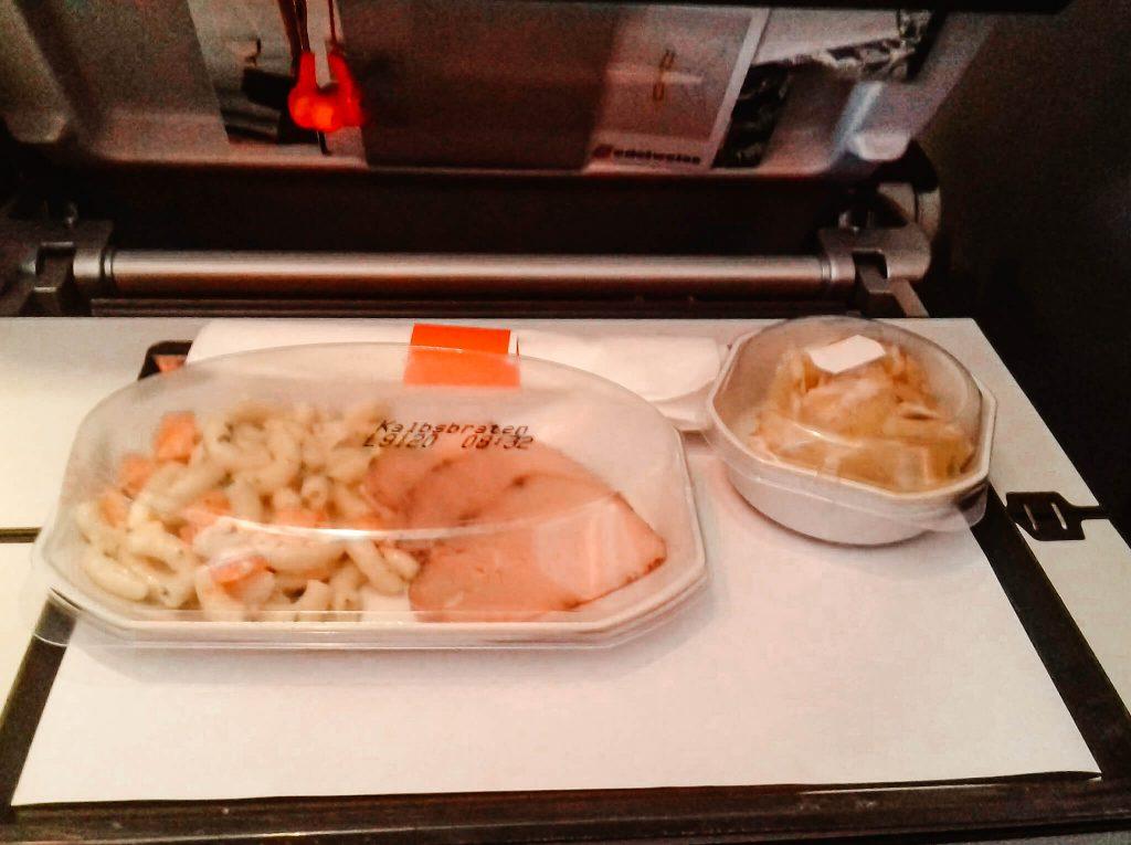 O que comer durante uma longa viagem de avião © lavidaesmara
