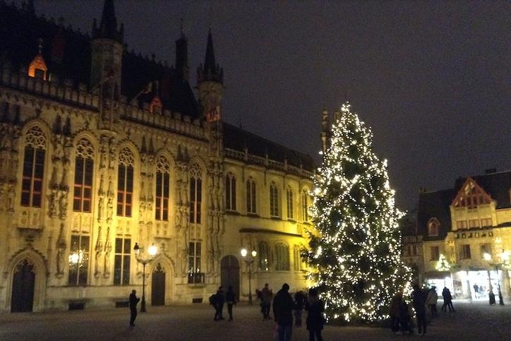 Decorações de Natal no centro de Bruges, Bélgica © lavidaesmara