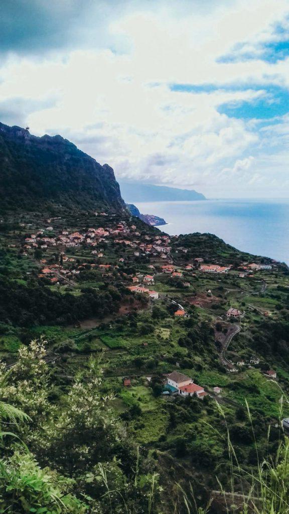 Vista imperdível sobre o Oceano Atlântico, a Floresta Laurissilva e a freguesia do Arco de São Jorge © lavidaesmara